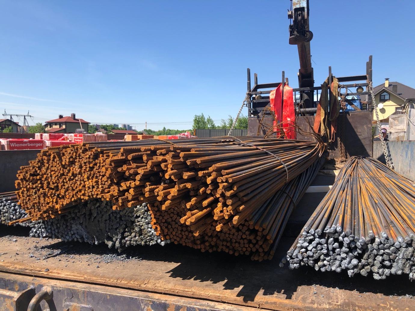 погрузка стальной арматуры для доставки