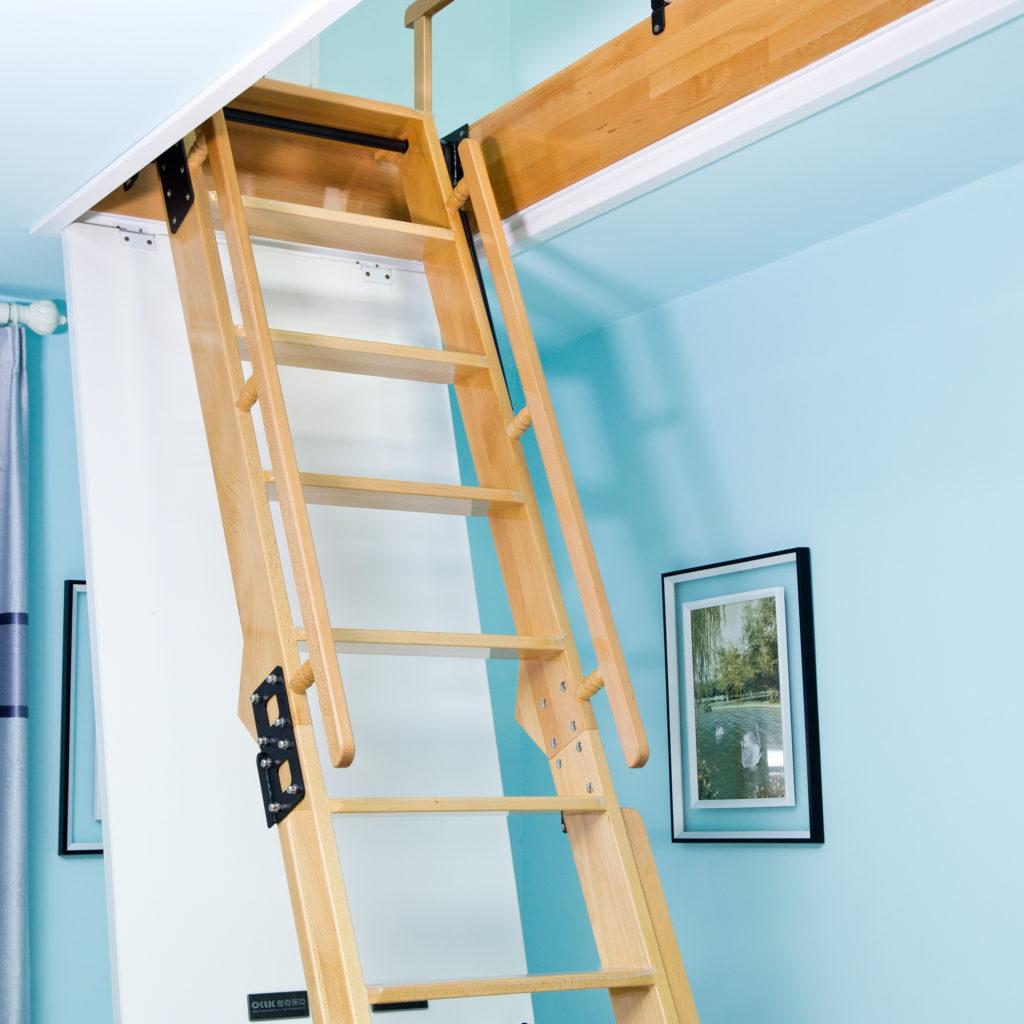 деревянная чердачная лестница на голубом фоне